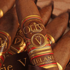The Melanio Maduro will have bands identical to those that adorn the original Serie V Melanio, above, with a secondary band that has yet to arrive in Oliva headquarters.